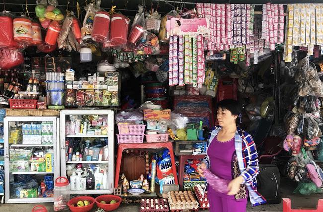 Chợ truyền thống, tiệm tạp hóa vẫn... sống khỏe, cử nhân kinh tế ở nhà bán tạp hóa