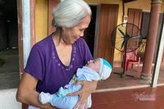 Mẹ bị phụ tình bỏ con ở cổng chùa, xã bối rối phát loa tìm người nuôi