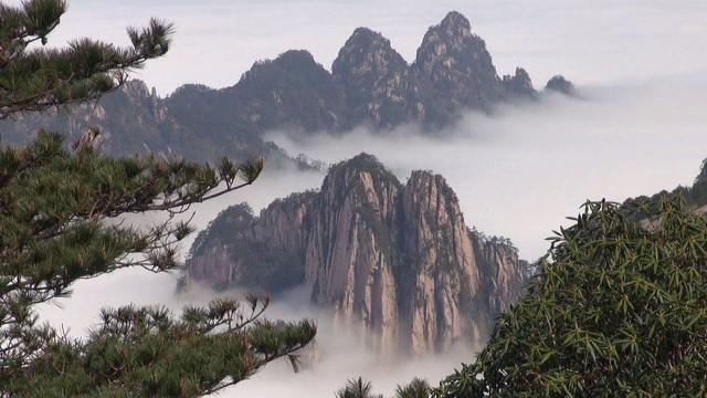 Hàng nghìn du khách 'chôn chân' cả cây số dưới mưa chờ lên núi