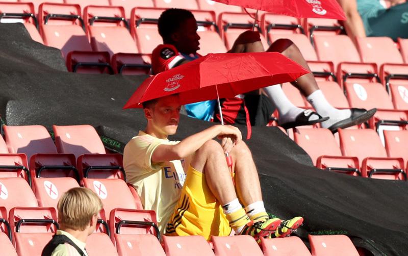Arsenal làm điều phũ phàng với Mesut Ozil