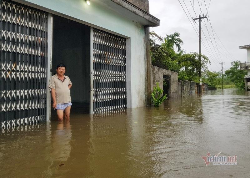 Mưa xối xả, nhiều nơi ở Đà Nẵng ngập ngang ngực, dân di chuyển bằng thuyền
