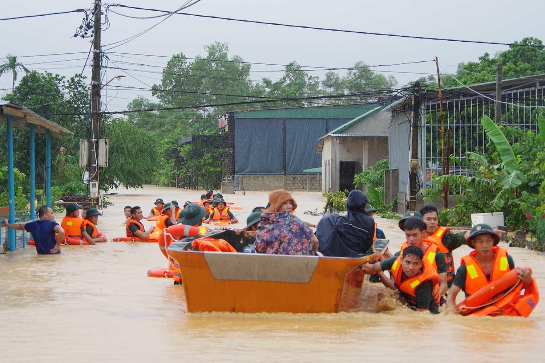 Tướng Lê Chiêm nói rõ việc cán bộ cơ sở chia nhau lương khô cứu trợ