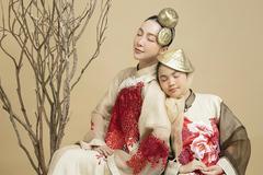 Linh Nga mơ màng bên mẫu nhí trong áo dài tơ sen của NTK Vũ Việt Hà