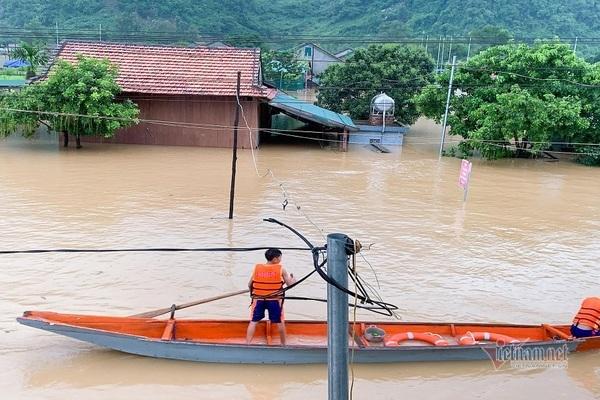 Rốn lũ Tân Hóa nước ngập gần 3m, dân an toàn nhờ nhà phao