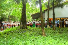 Xếp hàng tham quan nhà mẫu Ecopark
