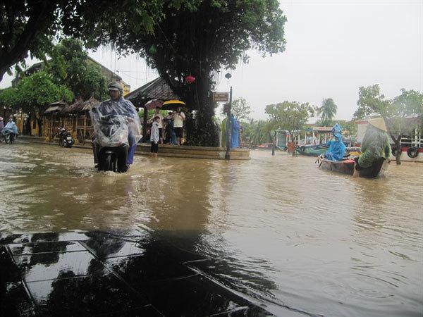 Flood-hit areas evacuated in Hoi An