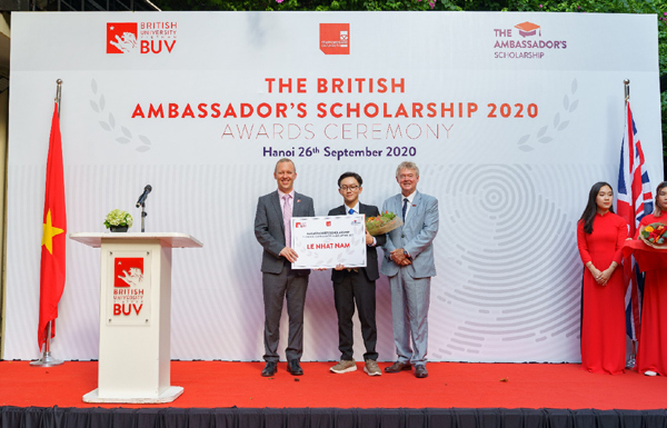 Bốn Quán quân học bổng Đại sứ Vương quốc Anh năm đầu tiên