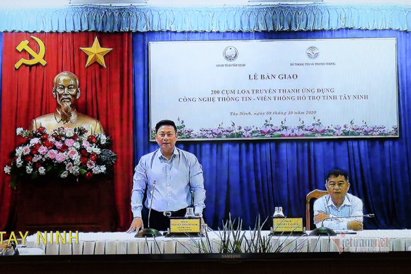 Handing over 200 clusters of new generation loudspeakers to Tay Ninh province