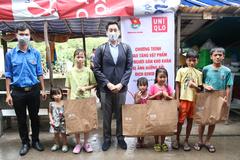 Uniqlo tặng quần áo cho bà con xóm lao động ở TP.HCM