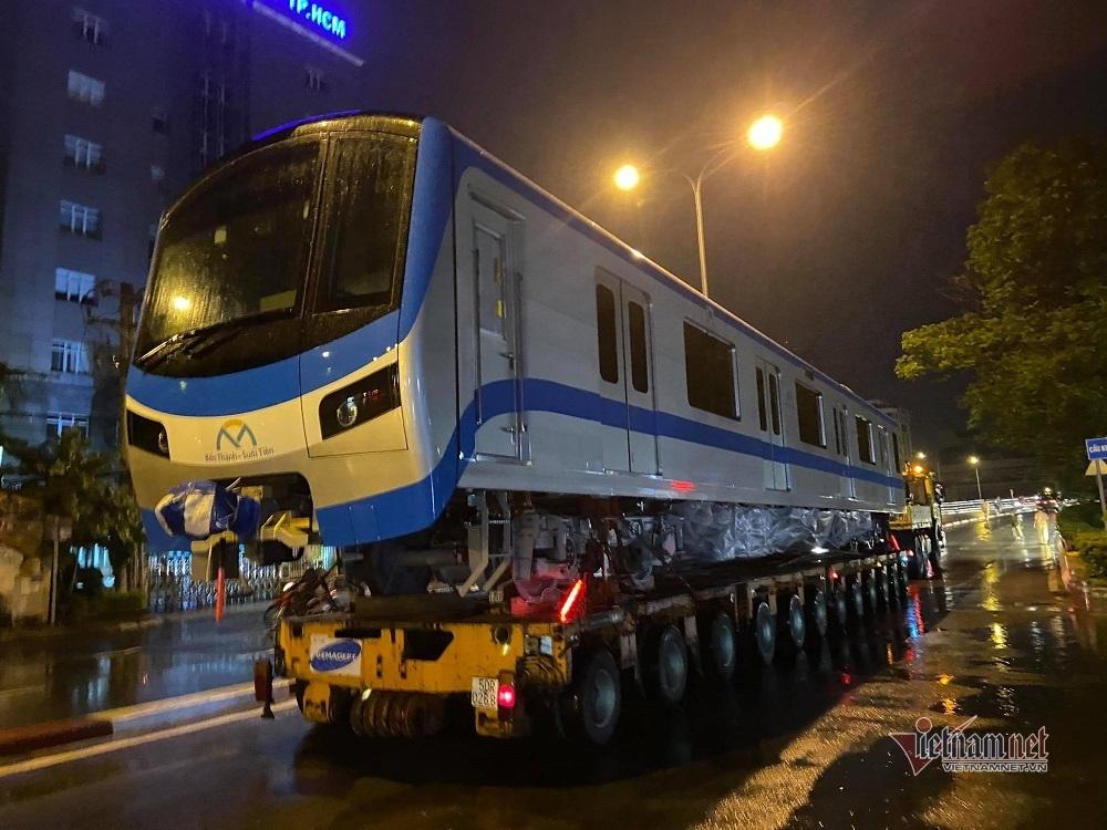 Tàu metro số 1 trên đường về depot Long Bình có CSGT hộ tống