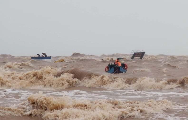 Tám thuyền viên bám cột khói tàu chìm chờ ứng cứu