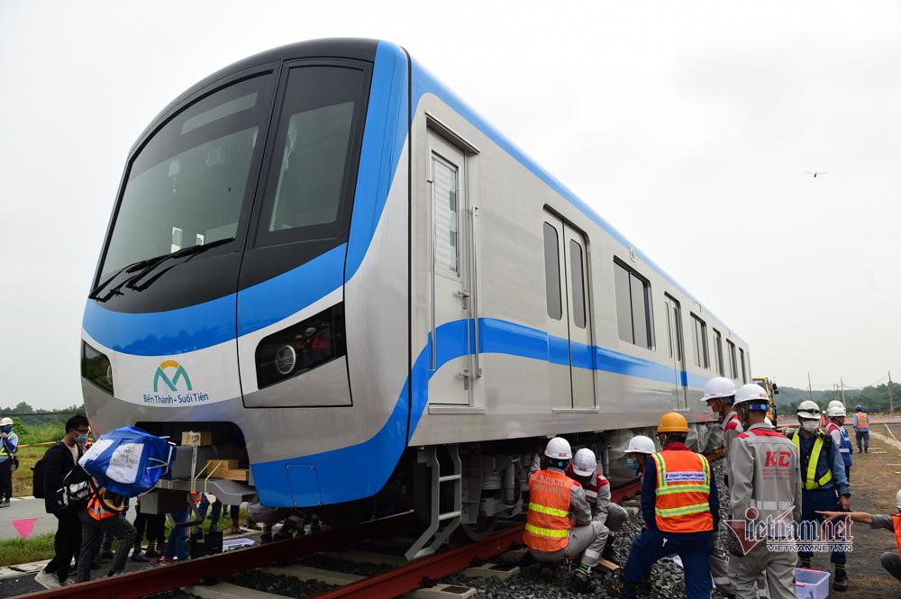 Lắp đặt toa tàu metro số 1 vào đường ray tạm để chạy thử