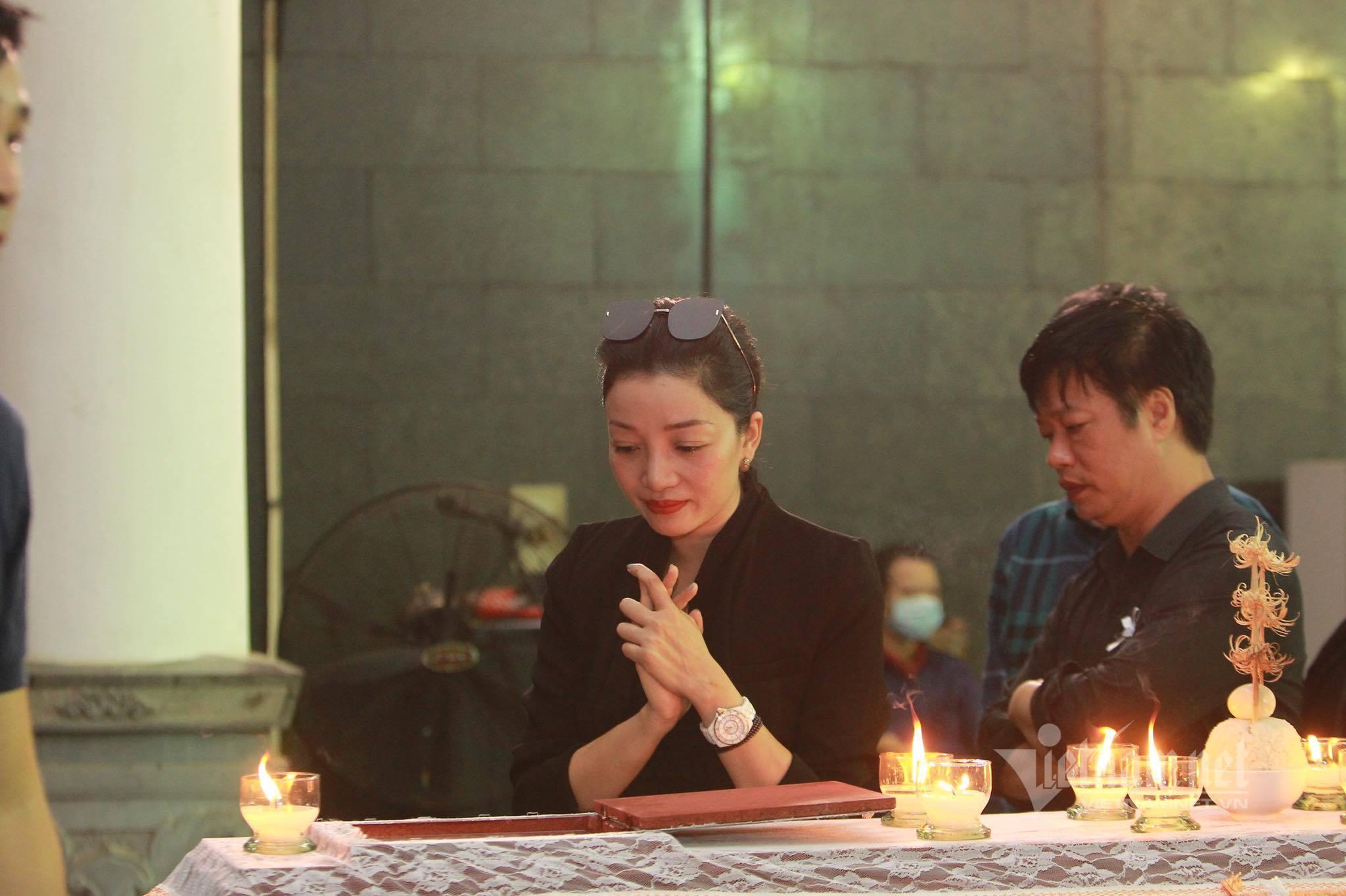 Những khoảnh khắc xúc động trong đám tang ca sĩ Tuấn Phương