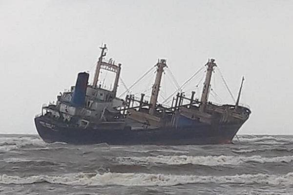 Giải cứu 16 thuyền viên tàu nghìn tấn mắc cạn ở vùng biển Hà Tĩnh