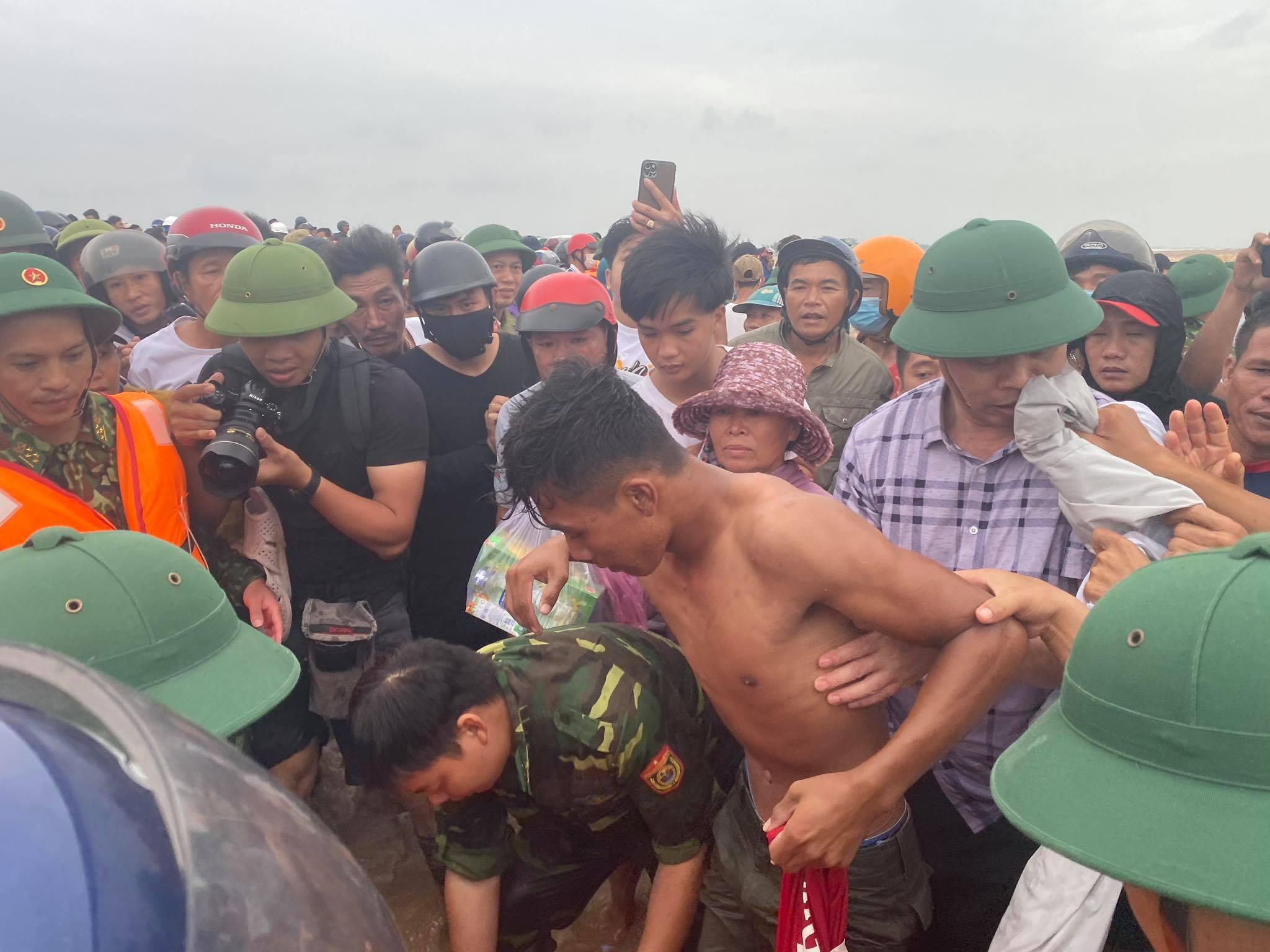 Dùng trực thăng cứu 8 người mắc kẹt trên tàu ở Quảng Trị