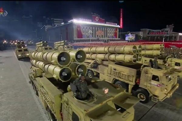Triều Tiên phô diễn hàng loạt vũ khí hoành tráng trong lễ duyệt binh
