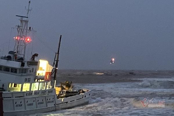 Trực thăng chưa thể tiếp cận 9 người mắc kẹt trên tàu chìm