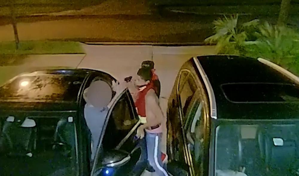Clip gí súng vào đầu cướp xe Mercedes trong đêm nóng nhất mạng xã hội