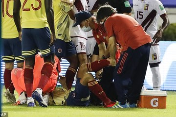 Tuyển thủ Colombia dính chấn thương kinh hoàng vì vào bóng lỗi