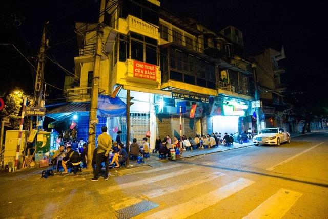 Quán phở kỳ lạ ở Hà Nội: Chỉ mở lúc 3 giờ sáng, khách xếp hàng như bao cấp