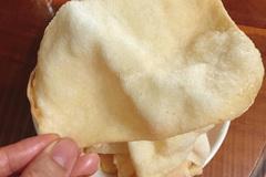 Tự làm bánh phồng tôm cho con tại nhà vừa thơm ngon vừa sạch sẽ