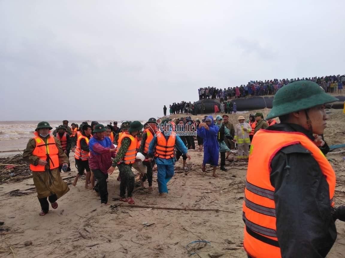 Tám người mắc kẹt trên tàu được cứu sống, một người tử nạn
