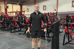 Từng ngồi xe lăn, chàng trai Anh hồi phục, trở thành PT
