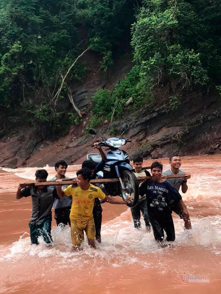 Giáo viên mầm non ở Quảng Bình mạo hiểm vượt lũ vì hết lương thực