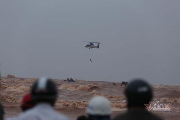 Hình ảnh trực thăng, đặc công nước cứu 8 thuyền viên mắc kẹt ở tàu chìm