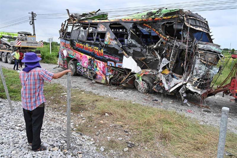 Xe buýt lao vào tàu hỏa ở Thái Lan, hàng chục người chết