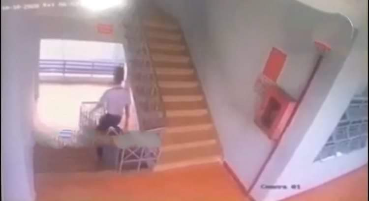 Nam sinh lớp 9 tử vong vì trượt lan can cầu thang ở trường học