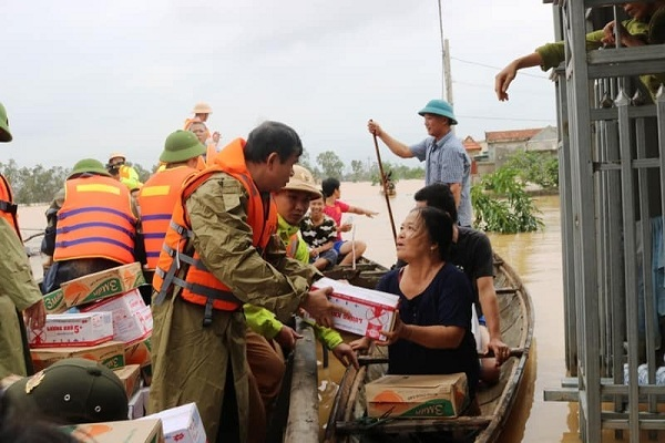 Người dân lội nước ngập sát cổ đi nhận hàng cứu trợ ở Quảng Bình