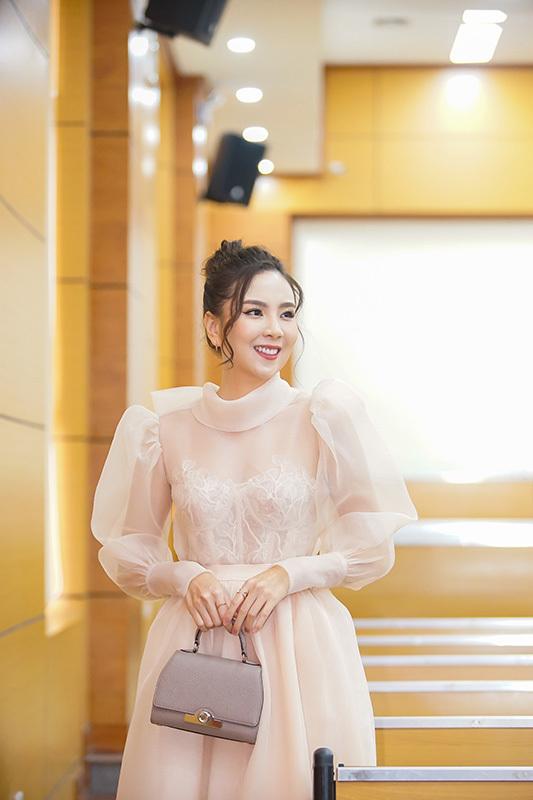 Giảm 3kg, BTV Mai Ngọc xinh đẹp như công chúa
