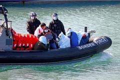 Anh định giăng lưới ở biển để chặn tàu chở người di cư