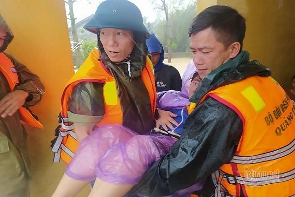 Đang nguy kịch giữa rốn lũ, người phụ nữ may mắn được biên phòng cứu