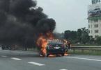 Hành khách hút thuốc trên xe, taxi cháy trơ khung trên cao tốc