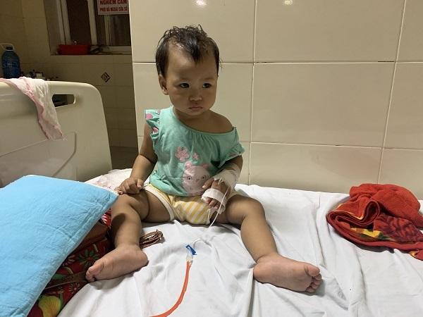 Xin cứu bé gái chưa đầy 1 tuổi mắc bệnh ung thư võng mạc