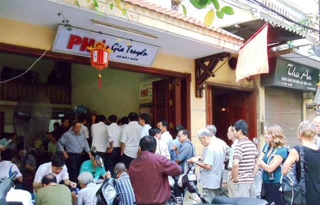 Hà Nội: Những quán bán đồ ăn gia truyền, khách muốn mua phải xếp hàng