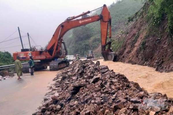 Quốc lộ 9 ở Quảng Trị nứt toác vì mưa lũ, giao thông tê liệt