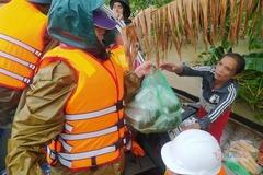 Cô giáo Quảng Trị dầm mưa mang thực phẩm cho dân rốn lũ