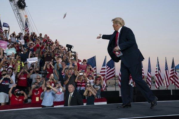 Hình ảnh ông Trump đi vận động tranh cử