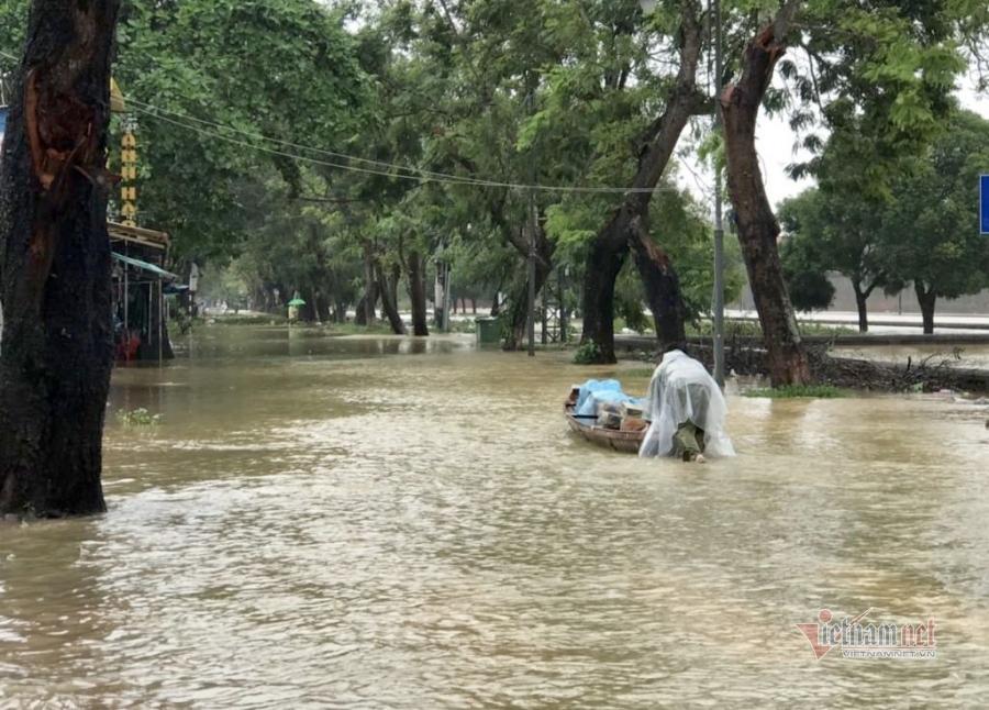 Thầy hiệu trưởng lội nước mang cơm cho sinh viên bị cô lập vì mưa lũ