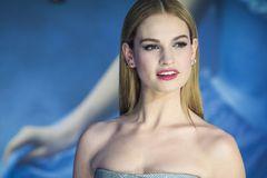 'Lọ lem' Lily James bị chỉ trích vì hôn đàn ông đã có vợ hơn 19 tuổi