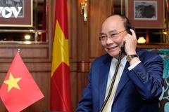 PM Phuc invites Japanese counterpart to visit Vietnam soon