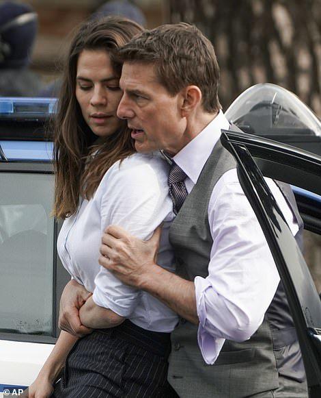 Tom Cruise thân mật với bạn diễn kém 20 tuổi trên phim trường