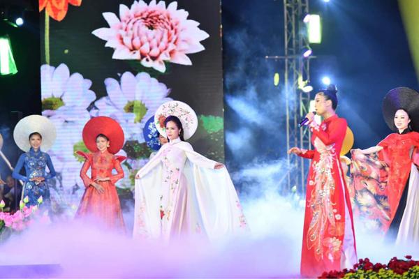 Doanh nhân Trần Thị An tuyệt đẹp với áo dài 'Hà Nội 12 sắc hoa'
