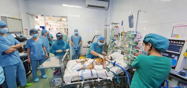 Bé gái mắc bệnh tim bẩm sinh tím hồi sinh nhờ ECMO
