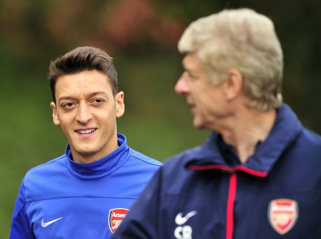 MU cần Van der Sar, Wenger trách Arsenal lãng phí Ozil