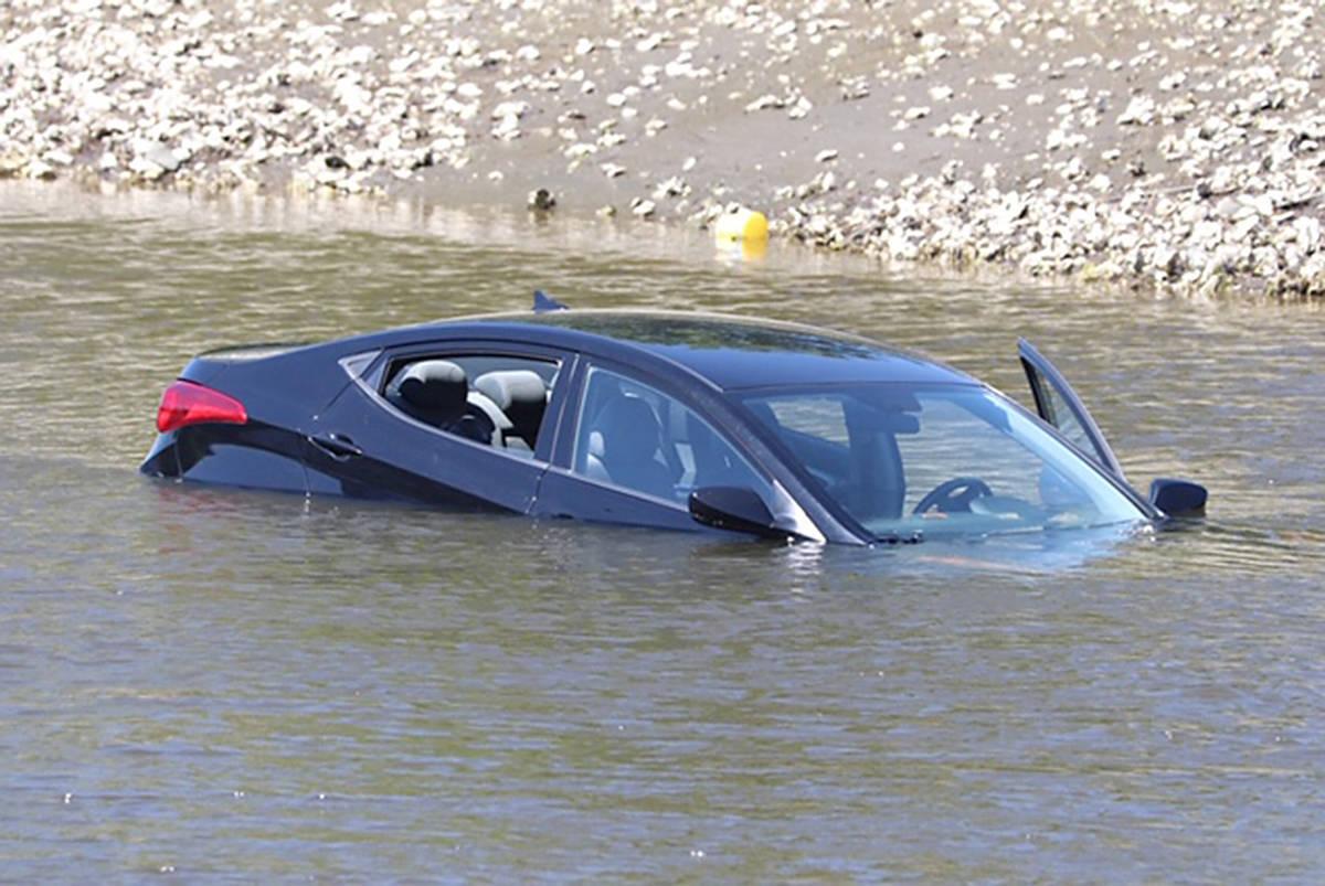Làm sao thoát khỏi xe hơi bị rơi xuống sông, hồ