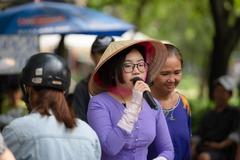 Phương Mỹ Chi mặc áo bà ba bán hàng rong ở chợ